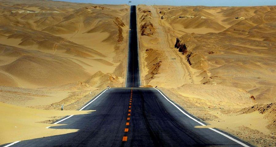 「ツァイダム盆地を抜けるハイウェイ」中国, 青海省