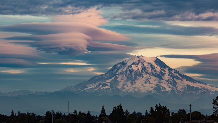 「レーニア山とレンズ雲」米国ワシントン州
