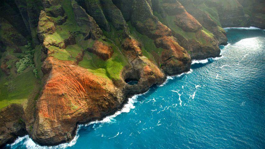 「ナパリコーストのブライトアイケーブ」ハワイ, カウアイ島 (© jimkruger/Getty Images)