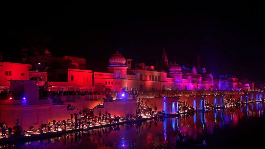 「ランプが並ぶサラユ川」インド, アヨーディヤー