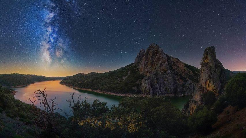 「モンフラグエ国立公園タホ川の天の川」スペイン