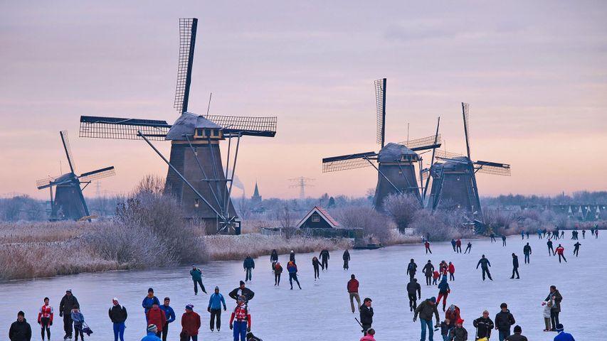 「風車とスケーター」オランダ, キンデルダイク