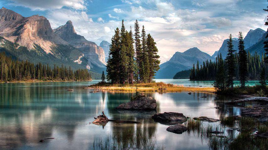 「マリーンレイクに浮かぶスピリットアイランド」カナダ, アルバータ州 (© Jeff Penner/EyeEm/Getty Images)