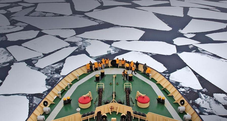 「積氷を進むカピタン・フレブニコフ号」南極