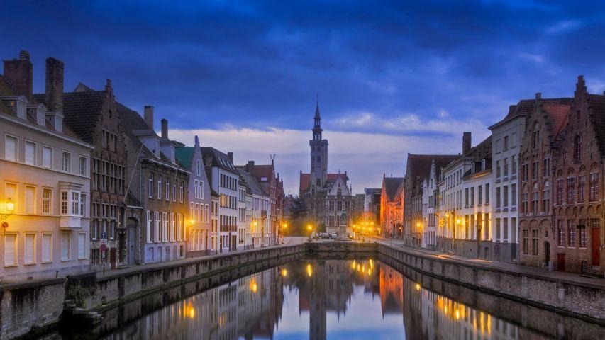 「運河から見たヤン・ファン・エイク広場」ベルギー, ブルッヘ