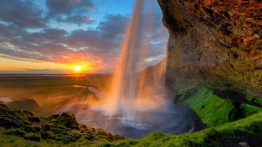 「セリャラントスフォスの真夜中の太陽」アイスランド, サウスコースト