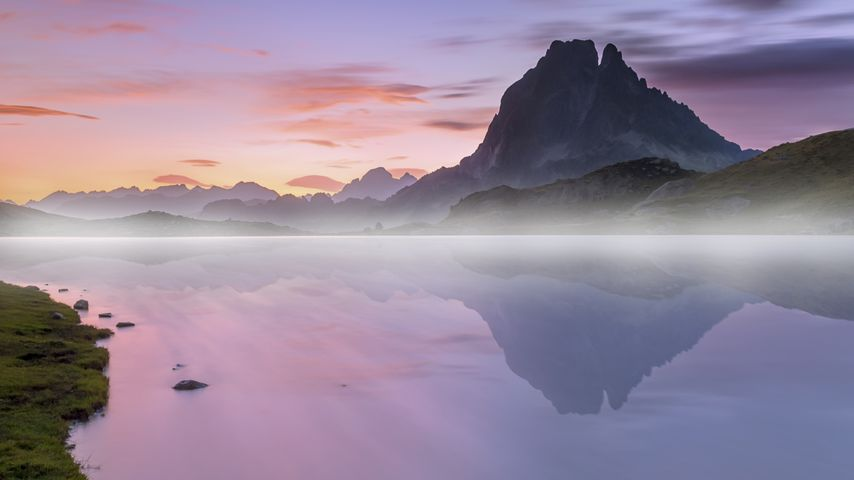 「湖面に映るピック・デュ・ミディ・ドッソ」フランス, ピレネー山脈