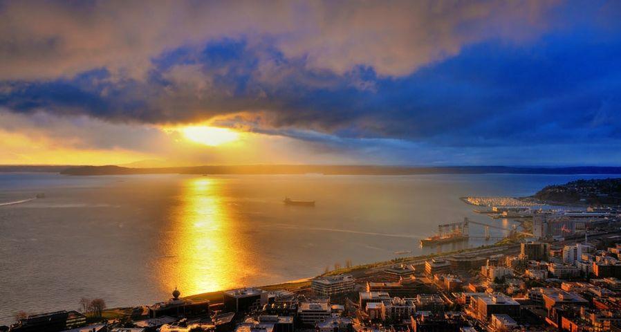 「エリオット湾の夕日」アメリカ, ワシントン州, シアトル