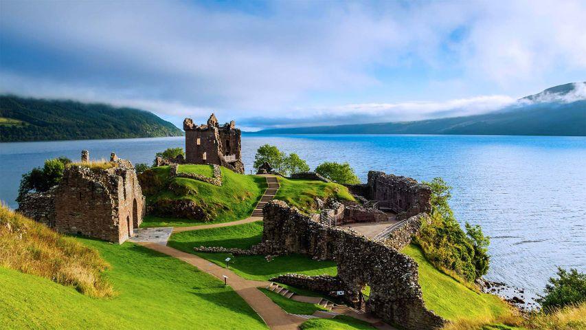 「アーカート城とネス湖」イギリス, スコットランド