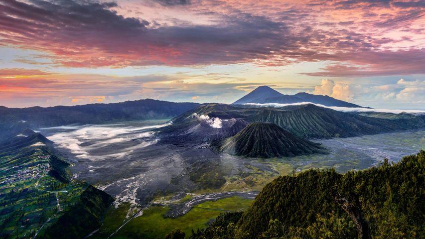 「煙を吐くブロモ山」インドネシア, ジャワ島東部