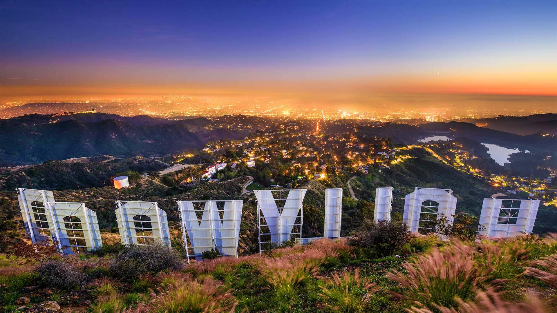 「ハリウッドサインとロサンゼルス市街」米国カリフォルニア州