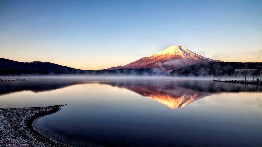 「山中湖から見た富士山の朝焼け」山梨県