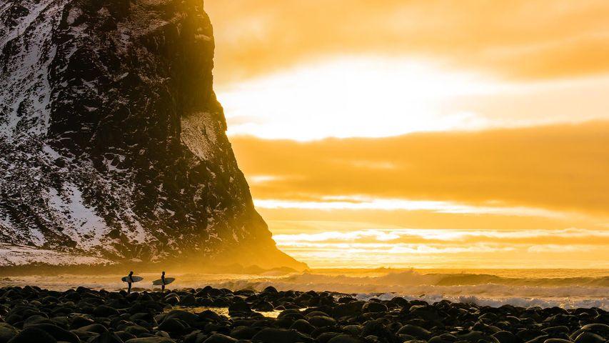 「北極圏のサーファー」ノルウェー, ロフォーテン諸島