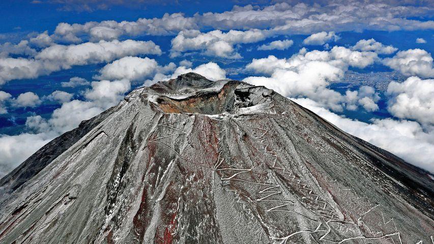 「初冠雪した富士山」