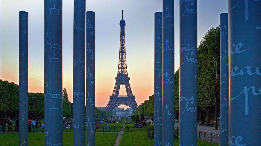 「エッフェルタワーと平和の壁」フランス, パリ