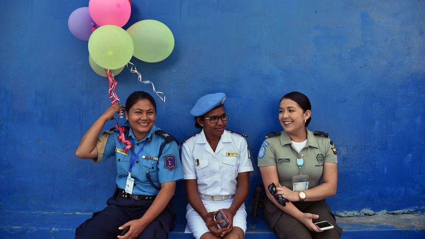 「お祝いする女性警官たち」ハイチ, ポトプランス郡
