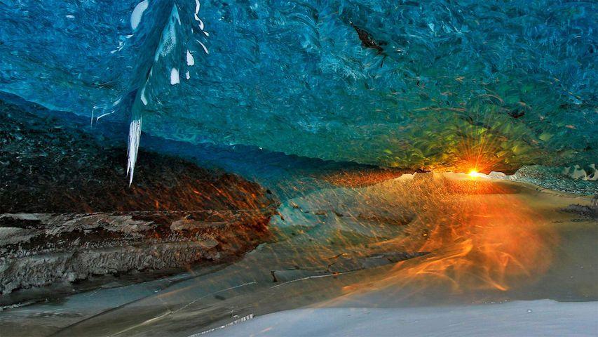 「氷の洞窟から見た夕日」アイスランド, ヴァトナヨークトル氷河