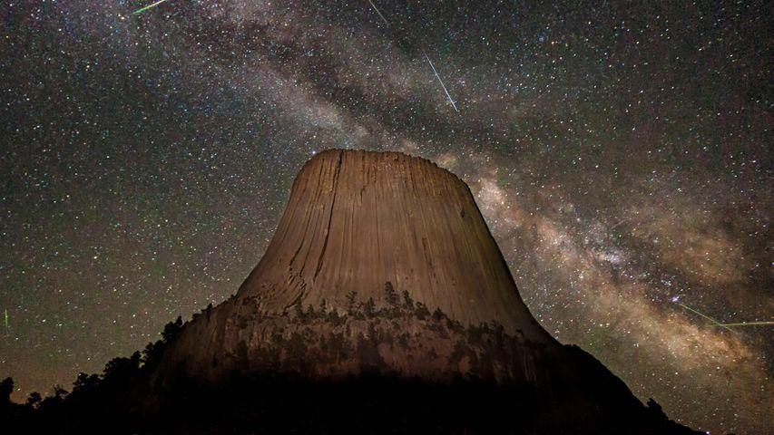 「銀河とみずがめ座η流星群」米国ワイオミング州, デビルスタワー